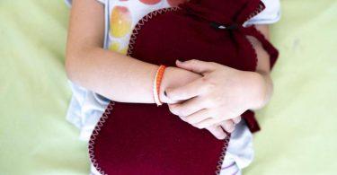 In seltenen Fällen können Nierensteine die Ursache für Bauchschmerzen beim Kind sein. Foto: Florian Schuh/dpa-tmn
