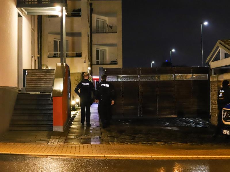 Polizisten stehen während einer Razzia wegen des Besitzes und der Verbreitung von Kinderpornographie an einem Wohnhaus in Herdecke. Foto: Alex Talash/dpa