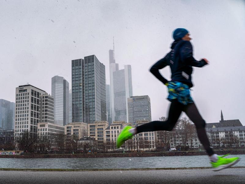 Sport setzt so einiges frei. Glückshormone zum Beispiel. Dem Stress im Corona-Alltag kann man so entkommen. Foto: Frank Rumpenhorst/dpa