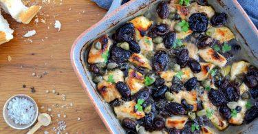 Das Hähnchenfleisch verbindet sich mit Backpflaumen, Oliven und Kapern zu einem herrlich aromatischen Gericht. Foto: Julia Uehren/Loeffelgenuss.de/dpa-tmn