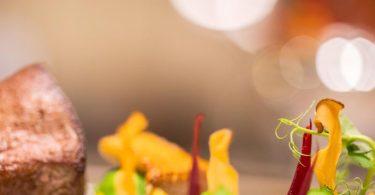 Solche anspruchsvollen Hauptgerichte werden momentan von einigen Sterne-Küchen als To-Go-Boxen angeboten. Dabei können Kunden auch noch einiges lernen. Foto: Rolf Vennenbernd/dpa