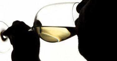 Einer Umfrage zufolge trinken Erwachsene aktuell Alkohol häufiger zur Beruhigung als noch vor gut zwei Jahren. Foto: Franziska Gabbert/dpa-tmn