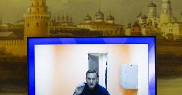 Alexej Nawalny, Kremlkritiker und Oppositionsführer, ist während einer Live-Übertragung seiner Anhörung im Berufungsverfahren auf einem Monitor zu sehen. Foto: Alexander Zemlianichenko/AP/dpa