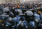 Aufeinandertreffen von Polizisten in Schutzkleidung und Demonstranten bei einem Protest in Moskau. Foto: Alexander Zemlianichenko/AP/dpa