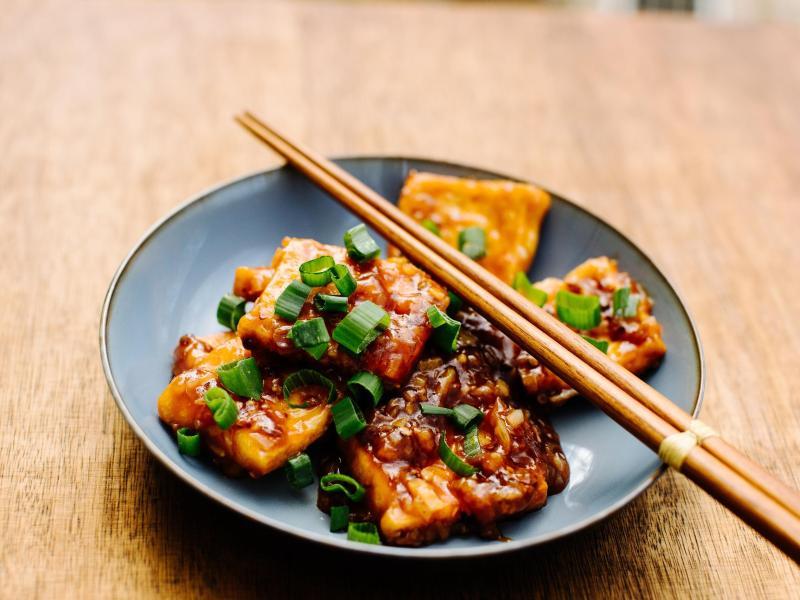Durch unterschiedliche Zubereitungsarten und Gewürze kann man Tofu in ganz unterschiedliche Richtungen lenken. Foodblogger Stefan Leistner verpasst ihm mit Austernsauce eine chinesische Note. Foto: Asiastreetfood.Com/dpa-tmn