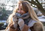 Der Schal schützt die Gesichtshaut vor Kälte - und wo der Stoff nicht hinkommt, sollte man die Haut mit reichhaltiger Pflege eincremen. Foto: Christin Klose/dpa-tmn