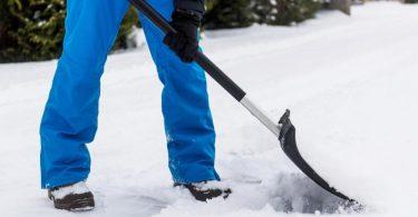 So sollte das Schneeschippen idealerweise ablaufen: Warme Kleidung und feste Schuhe - und der Schnee wird nach vorne geschoben und nicht angehoben. Foto: Benjamin Nolte/dpa-tmn