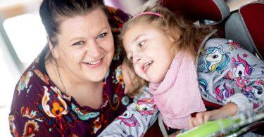 Mutter Katharina Kuhlemann und ihre Tochter Emma. Foto: Hauke-Christian Dittrich/dpa