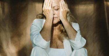 Wer an einer posttraumatischen Belastungsstörung leidet, fühlt sich im Alltag oft wie betäubt. Foto: Eloisa Ramos/Westend61/dpa-tmn