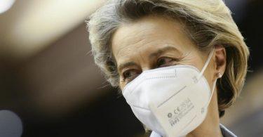 Ursula von der Leyen, Präsidentin der Europäischen Kommission, bereitet sich darauf vor, während einer Debatte über das einheitliche Vorgehen der EU bei Corona-Impfungen im Europäischen Parlament zu sprechen. Foto: Johanna Geron/Pool Reuters/AP/dpa