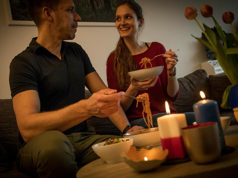 Ein feierliches Essen zuhause kann ein Gegengift zum Chaos in Zeiten von Lockdown und Homeschooling sein. Foto: Christin Klose/dpa-tmn