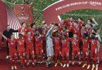 Die Spieler des FC Bayern München feiern den Gewinn der Club-WM. Foto: Mahmoud Hefnawy/dpa