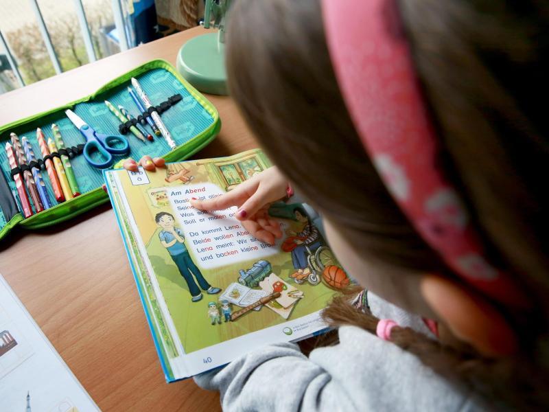 Steht der Schreibtisch nah an einem Fenster, ist das für Kinderaugen wegen des einfallenden Tageslichts besser. Foto: Mascha Brichta/dpa-tmn