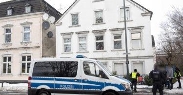 Ein Polizeiwagen steht vor einem Haus in der Victoriastraße inHamm. Foto: Bernd Thissen/dpa