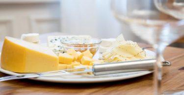 Käse sollte am Stück und immer wieder frisch statt auf Vorrat gekauft werden. So bleiben die Aromen länger erhalten. Foto: Christin Klose/dpa-tmn