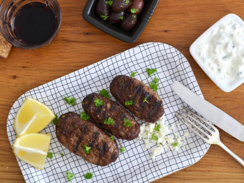Wenn die Bifteki in der Grillpfanne angebraten werden, bekommen sie ein schön rauchiges Aroma - und der kulinarische Ausflug nach Griechenland kann beginnen. Foto: Julia Uehren/loeffelgenuss.de/dpa-tmn