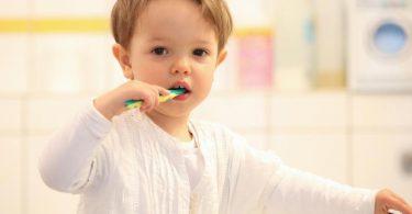 Ab dem ersten durchgebrochenen Milchzahn sollte Kinderzahnpasta zum Einsatz kommen. Foto: Bodo Marks/dpa-tmn