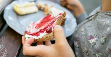 Ein Teil der Kinder essen zwar mehr Obst und Gemüse als vor der Pandemie. Etwa ein Fünftel aller Kinder greift aber häufiger zu süßen und salzigen Snacks. Foto: Karolin Krämer/dpa-tmn