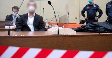 Der wegen versuchten Mordes in 31 Fällen, schwerer Brandstiftung und Vorbereitung einer schweren staatsgefährdenden Gewalttat angeklagte Mann (2.v.l) sitzt vor Prozessbeginn mit seinem Anwalt Matthias Bohn im Landgericht im Verhandlungssaal. Foto: Sven Hoppe/dpa Pool/dpa