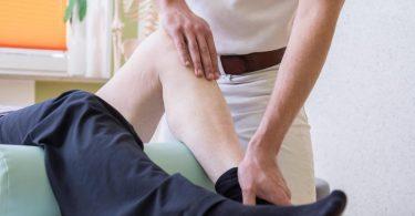 Die Behandlung beim Physiotherapeuten kann bei chronischen Schmerzen Bestandteil der Therapie sein. Foto: Christin Klose/dpa-tmn
