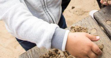 Ran an den Sand! Kinder dürfen und sollen ruhig auch mal im Dreck herumwühlen. Foto: Christin Klose/dpa-tmn