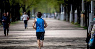 Wer nach längerer Pause die ersten Laufrunden dreht, sollte sich dabei nicht zu stark verausgaben. Foto: Zacharie Scheurer/dpa-tmn