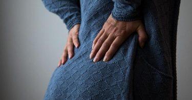 Wenn es im Kreuz zieht: Laut einer RKI-Studie leiden Frauen häufiger unter Rückenschmerzen als Männer. Foto: Christin Klose/dpa-tmn