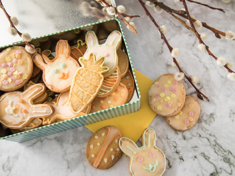Putzige Zitronenplätzchen tummeln sich in einer Keksdose auf dem Ostertisch. Was sonst eigentlich Weihnachten versüßt, funktioniert auch fürs Osterfest. Also ran an das Backen mit Kindern. Foto: Christin Klose/dpa-tmn