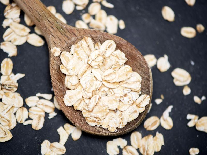 Haferflocken haben viel zu bieten: Besonders beliebt sind sie fürs Frühstück, zum Beispiel als Porridge. Foto: Andrea Warnecke/dpa-tmn