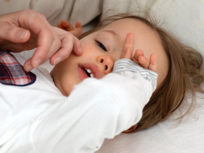 Eltern sollten bei einem Fieberkrampf ihres Kindes besonnen reagieren - und trotzdem den Notruf wählen. Foto: Andrea Warnecke/dpa-tmn