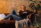Gemütlich auf der Couch mit einem Glas Wein: Die Weinprobe von zu Hause aus hat einiges für sich. Foto: DWI/dpa-tmn