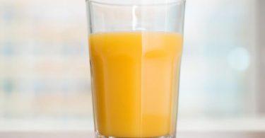Orangensaft blieb auch 2020 der beliebteste Fruchtsaft in Deutschland. Zudem griffen die Verbraucher häufiger zu hochwertigen Direktsäften. Foto: Andrea Warnecke/dpa-tmn