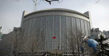 Das Gebäude des Außenministeriums inPeking. Die EU hat zum ersten Mal seit mehr als drei Jahrzehnten wieder Sanktionen gegen China wegen Verletzungen der Menschenrechte verhängt. Foto: Andy Wong/AP/dpa