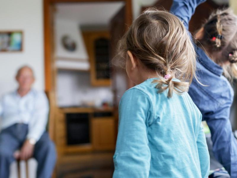 Auch wenn es schwerfällt: Bei Osterbesuchen bei Oma und Opa sollte man nach Möglichkeit gängige Hygieneregeln wie das Abstandhalten beachten. Foto: Karolin Krämer/dpa-tmn