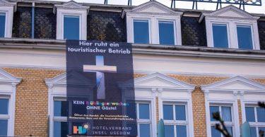 «Hier ruht ein touristischer Betrieb», steht auf einem Protestplakat des Hotelverbands der Ostseeinsel Usedom. Foto: Jens Büttner/dpa-Zentralbild/dpa