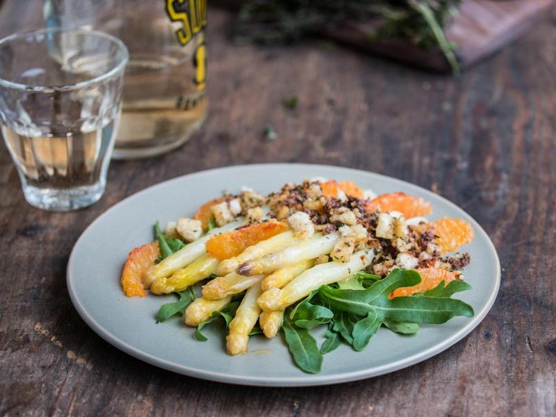 Ein ungewöhnliches Geschmackserlebnis verspricht der Spargelsalat mit Blutorange. Brösel aus Weißbrot, Oliven, Thymian und Zitronenabrieb sorgen für eine fruchtig-würzige Variante. Foto: Claudia Zaltenbach/dinnerum8.de/dpa-tmn