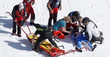Daniel Andre Tande wird nach seinem schweren Sturz in Planica noch am Unfallort behandelt. Foto: Uncredited/AP/dpa