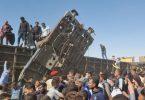 Menschen versammeln sich nach dem Zusammenstoß der Züge an den beschädigten Waggons. Foto: Mahmoud Maqboul/dpa