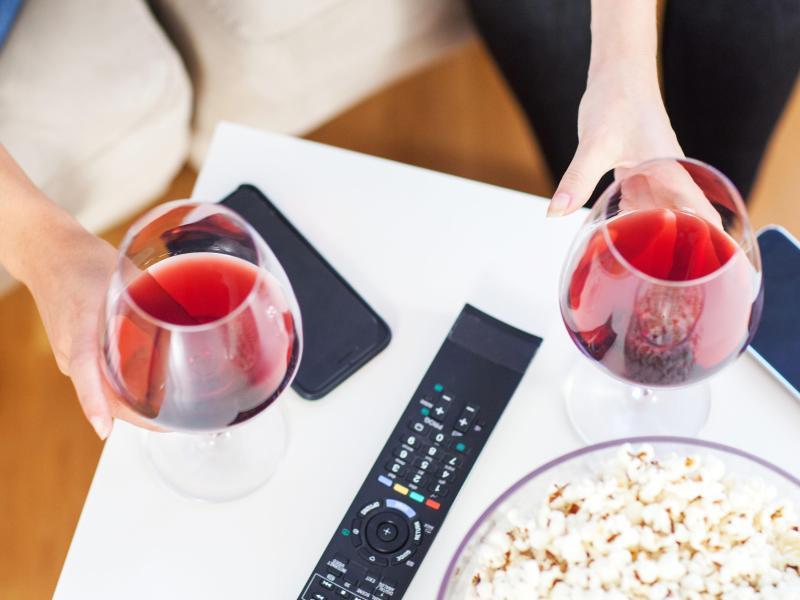 Ein Weinchen zum Feierabend oder Abendessen gehört für viele dazu. Geschieht dies regelmäßig, erhöht sich das Risiko für Herzerkrankungen, so Experten. Foto: Christin Klose/dpa-tmn