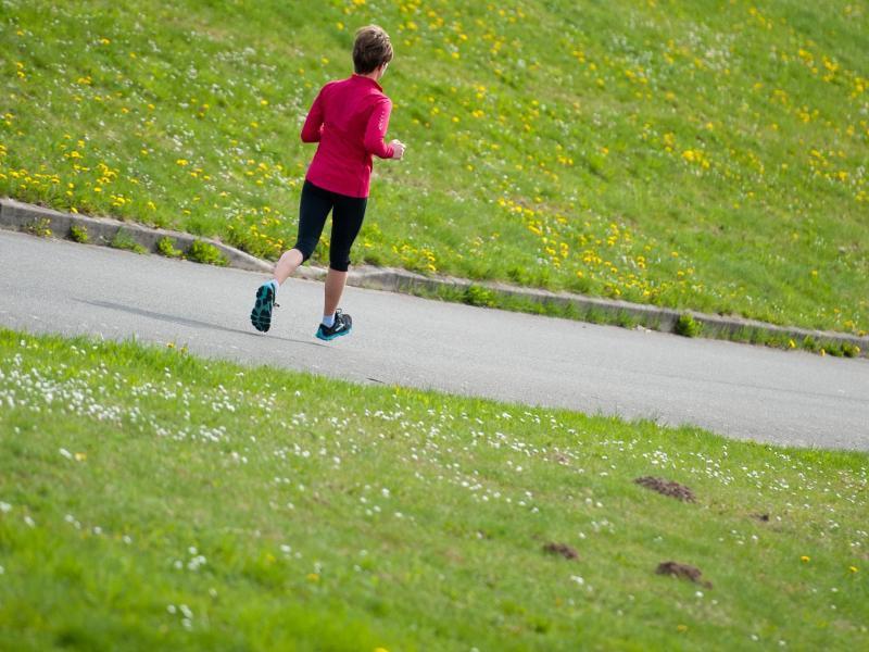 Mit zunehmendem Alter wird es immer wichtiger, den Körper vor dem Sport erst einmal auf Betriebstemperatur zu bringen. Das heißt: Dehnen und Aufwärmen. Foto: Philipp Schulze/dpa