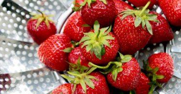 Erdbeeren verlieren schnell an Aroma, wenn sie einem zu starkem Wasserstrahl oder einem langen Wasserbad ausgesetzt sind. Foto: Mascha Brichta/dpa-tmn