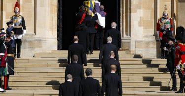 Der Sarg wird in die St.-Georgs-Kapelle auf Schloss Windsor getragen. Foto: Kirsty Wigglesworth/Pool AP/dpa