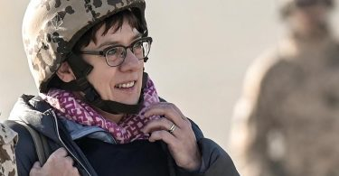 Verteidigungsministerin Annegret Kramp-Karrenbauer (CDU) kommt auf dem Rollfeld im Camp Pamir in Kundus an. Foto: Britta Pedersen/dpa-Zentralbild/dpa