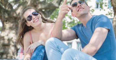 Lieber mit Sonnenbrille rausgehen: Ab UV-Index-Wert 3 sollten die Augen geschützt sein. Foto: Christin Klose/dpa-tmn