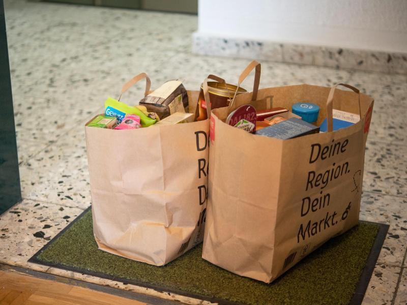 Das mühselige Schleppen von Einkaufstüten kann man sich durch Lebensmittel-Bestellungen bei Lieferdiensten sparen. Doch das Prüfen des Zustands der Ware gibt man so ebenfalls aus der Hand. Foto: Catherine Waibel/dpa-tmn