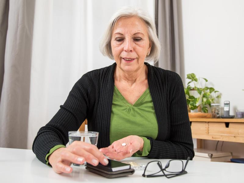 Apps zur Medikamenteneinnahme helfen nicht nur beim Erinnern - teils warnen sie zum Beispiel auch vor möglichen Wechselwirkungen. Foto: Christin Klose/dpa-tmn