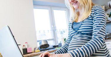 Weil pandemiebedingt viele Info-Events vor Ort ausfallen, müssen sich werdende Eltern über mögliche Geburtskliniken vor allem online schlaumachen. Foto: Christin Klose/dpa-tmn