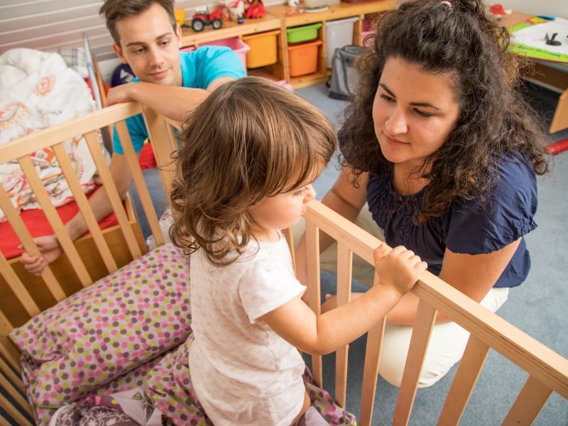«Mama, Papa, bitte geht nicht!» Manche Kinder tun sich mit dem Einschlafen schwer. Foto: Christin Klose/dpa-tmn