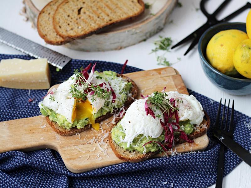 Die Grillstulle mit Avocadocreme und pochiertem Ei eignet sich wunderbar, um zwei Tage altes Brot lecker zu veredeln. Foto: Mareike Pucka/biskuitwerkstatt.de/dpa-tmn