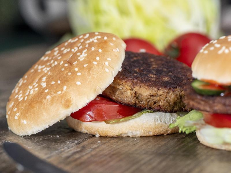 Es muss nicht immer Fleisch sein: Geschmacklich überzeugen auch vegetarische Patties im Burger. Foto: Robert Günther/dpa-tmn